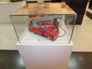 Exposición de juguetes vehículo bomberos