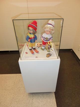 Exposición de juguetes muñecas esquiadoras