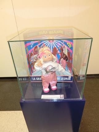Exposición de juguetes muñeca bailarina