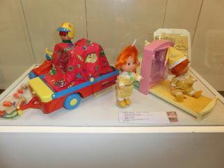 Exposición de juguetes muñecas pocas pecas