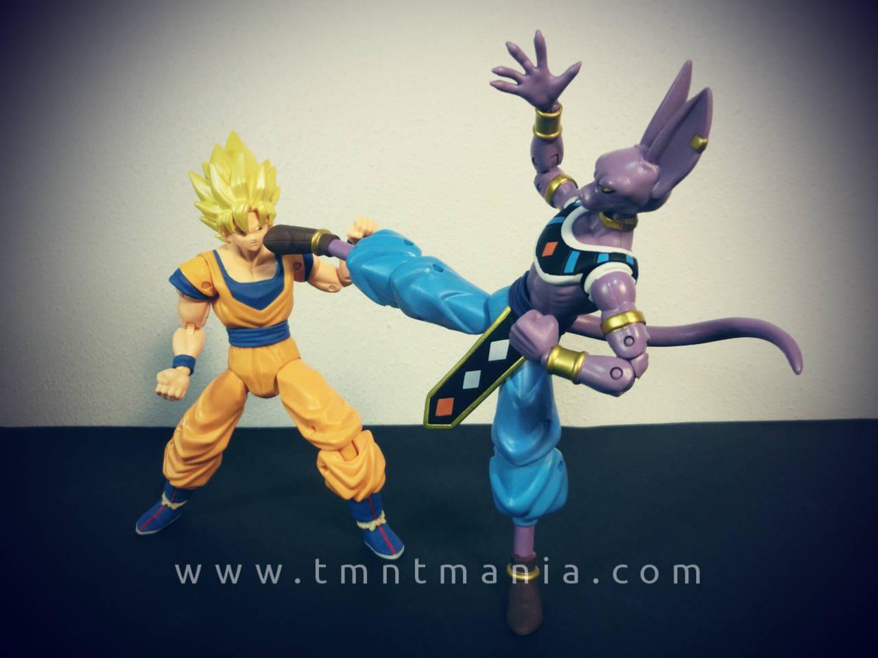 Las figuras de Bills y Goku en plena batalla