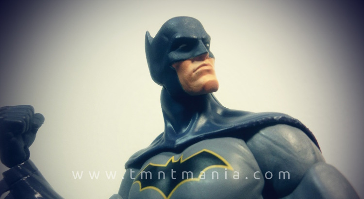 Primer plano de la figura de Batman de DC Essentials